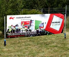 Outdoor Banner mit Bodendübel
