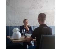 Spuckschutz Klemmhalter für Tischmitte - Anwendungsbeispiel - Gastro Restaurant