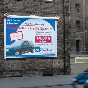 Außenwerbung KFZ-Versicherung Plakatwerbung an Hauswand