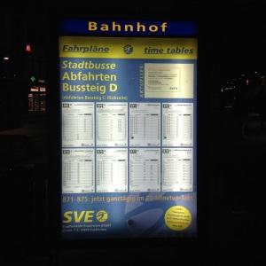 Grossformatdruck eines Busfahrplans mit Licht bei Nacht