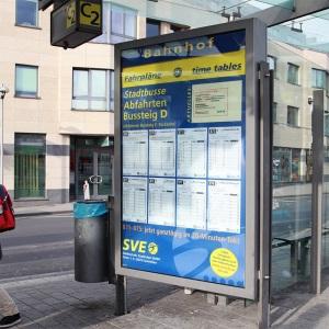 Grossformatdruck eines Busfahrplans mit Licht bei Tag